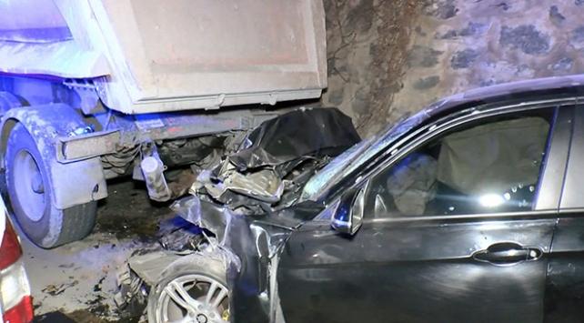 Otomobil park halindeki kamyona çarptı: 2 yaralı