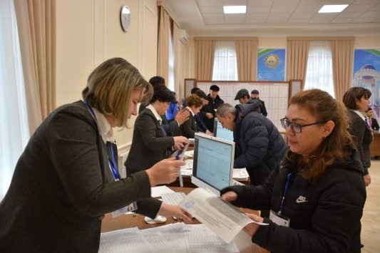 Özbekistanda genel seçim için oy kullanılıyor