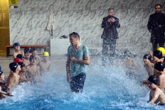 Bitlisli çocuklar yüzme havuzuna kavuştu