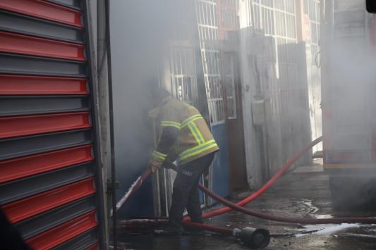 Bursada yangın çıkan oto tamirhanesi kullanılamaz hale geldi