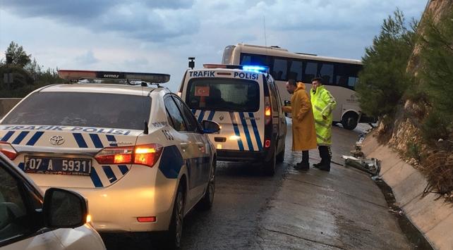 Antalyada servis otobüsü kaza yaptı: 17 yaralı
