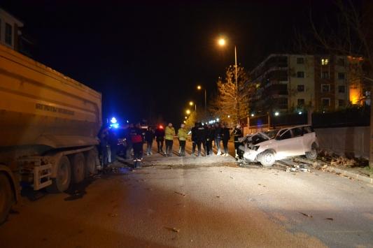 Park halindeki kamyona çarpan otomobildeki 3 kişi yaralandı