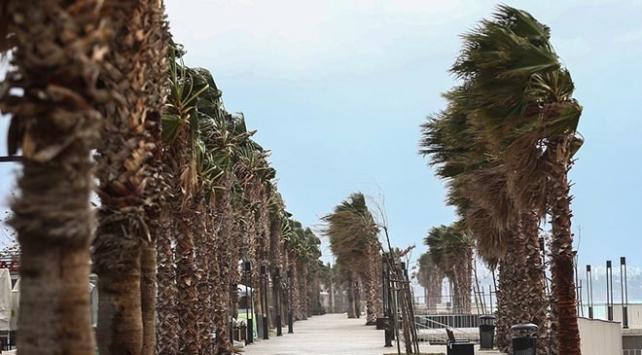 Antalyada şiddetli rüzgar ve yağış yarın geceye kadar etkili olacak