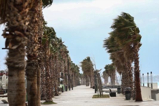 Antalyada şiddetli rüzgar ve gök gürültülü sağanak