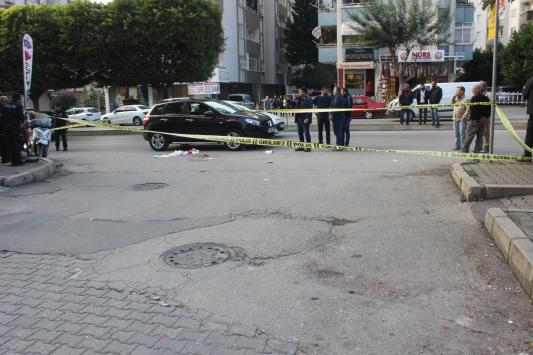Otomobilde yanında oturan kadını ağzından bıçakladı