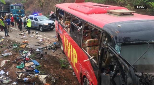 Nijeryada tanker ile yolcu otobüsleri çarpıştı: 19 ölü