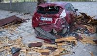 Hatay'da fırtına nedeniyle kopan çatı otomobillerin üzerine düştü