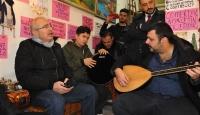Mardin Valisi Yaman gençlerle Türkçe ve Kürtçe şarkı söyledi