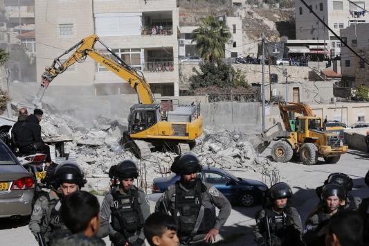 İsrail güçleri Doğu Kudüste Filistinli aileye ait inşat halindeki evi yıktı
