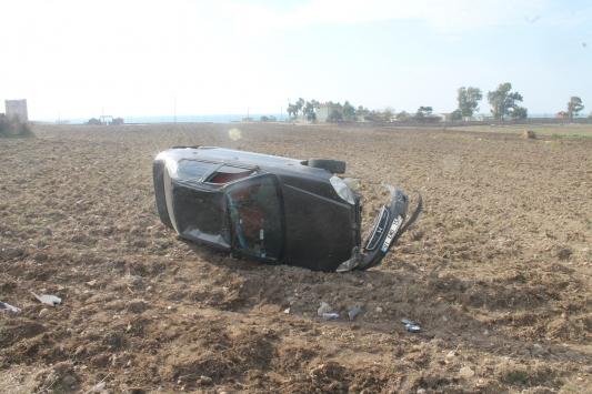 Adanada şarampole devrilen otomobilin sürücüsü yaralandı