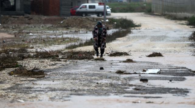 Adanada sağanak yaşamı felç etti: Evler ve yollar su altında kaldı