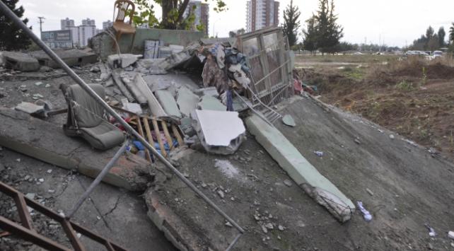 Adanada tahliye edilen ev iki saat sonra çöktü