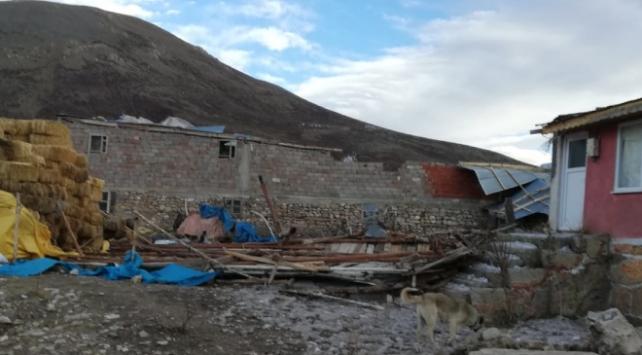 Erzincanda şiddetli rüzgar: Çatılar uçtu, elektrik direkleri devrildi