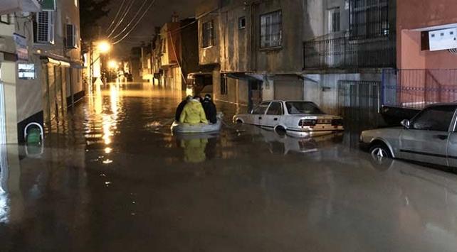 Adanada sağanak nedeniyle evlerinde mahsur kalanlar botla kurtarıldı