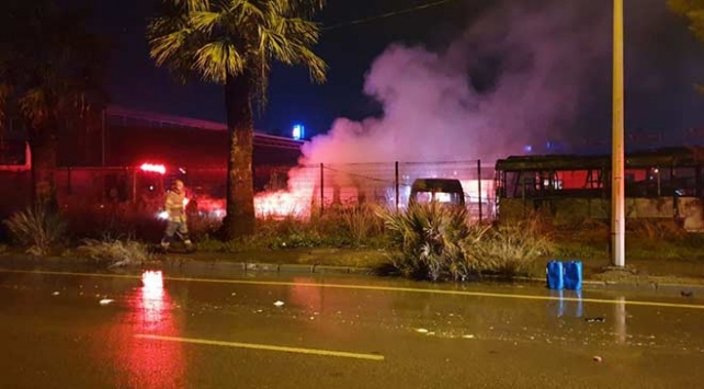 İzmirde servis bakım alanında çıkan yangında 6 araç kullanılamaz hale geldi