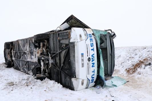 Kayseride yolcu otobüsünün devrilmesi soncu 23 kişi yaralandı