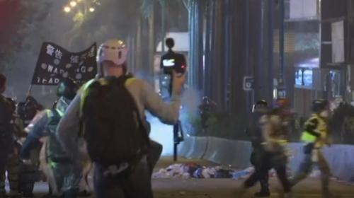 Hong Kong sokakları Noel arifesinde savaş alanına döndü