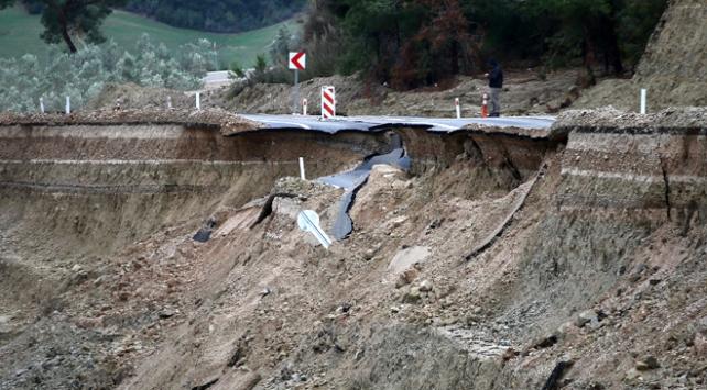 Adanada sağanak nedeniyle yol çöktü