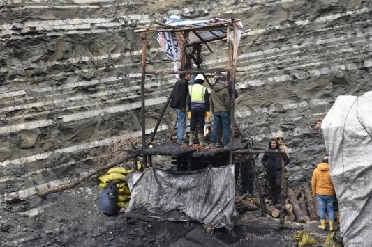 Kömür ocağında göçük altına kalan kişinin kurtarılması için çalışma sürüyor