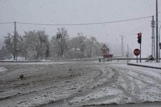 Yoğun kar alan Kahramanmaraş-Kayseri kara yolunda ulaşım kontrollü sağlanıyor
