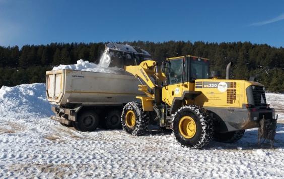 Karsta yapılacak şehit heykelleri için kamyonlarla kar taşınıyor