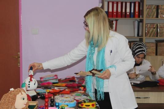 Liseliler atık malzemelerden oyuncak yaparak harçlıklarını çıkarıyor