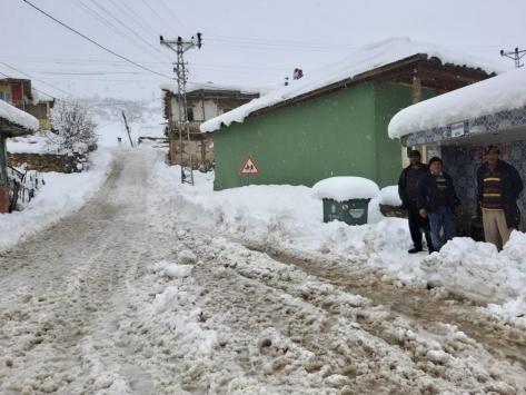 Adananın Tufanbeyli ilçesinde kar yağışı hayatı olumsuz etkiliyor
