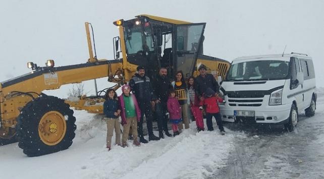 Sivasta kara saplanan öğrenci servisinin yardımına ekipler yetişti
