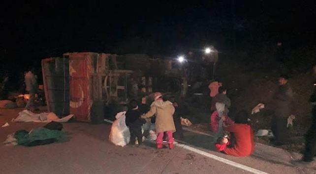 Çanakkalede düzensiz göçmenleri taşıyan kamyonet devrildi: 32 yaralı