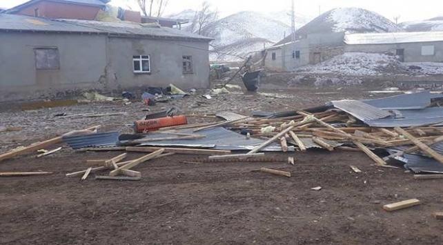 Erzincanda kuvvetli rüzgar evlerin çatılarını uçurdu