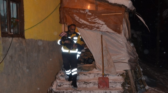 Yüksekovada yolu kapanan köydeki hasta çocuk kurtarıldı