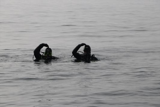 Kurbağa adamlar Marmara Denizinde trol avcılarına göz açtırmıyor