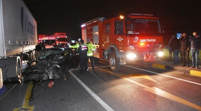 İzmirde tırla çarpışan otomobilin sürücüsü hayatını kaybetti