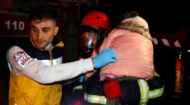 Adanada ev yangınında mahsur kalan 11 kişi kurtarıldı
