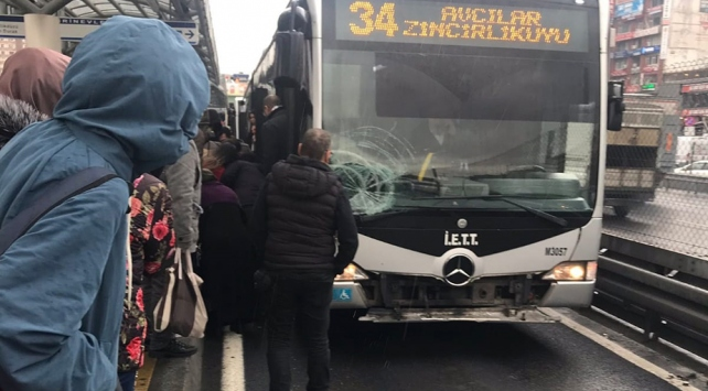 İstanbulda metrobüs yolcuya çarptı: Seferler aksadı