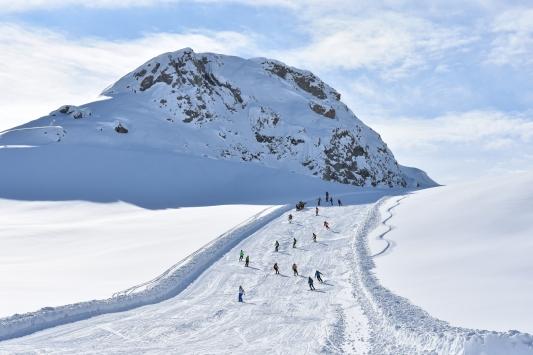 Hakkaride 2 bin 800 rakımlı kayak merkezi sezonu açtı