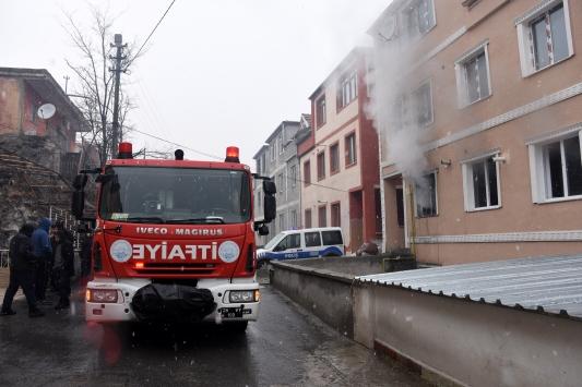 Ateşe verdiği evde kendisini odaya kilitleyen kişiyi polis kurtardı