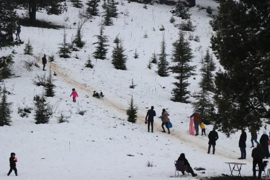 Adana ve Mersinde vatandaşlar karın tadını çıkardı