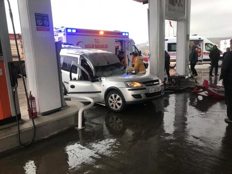 Akaryakıt istasyonunda pompaya çarpan araçtaki üç kişi yaralandı