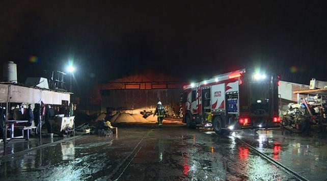 Antalyadaki tamirhane yangınında çok sayıda araç zarar gördü