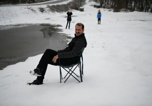 Lapsekinin yüksek kesimlerinde kar yağışı etkili oldu