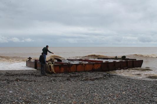 Antalyada tonlarca ağırlıktaki demir platform sahile vurdu