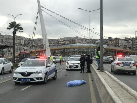 İzmirde otomobilin çarptığı kişi hayatını kaybetti