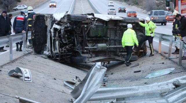 Ispartada minibüs devrildi: 15 yaralı