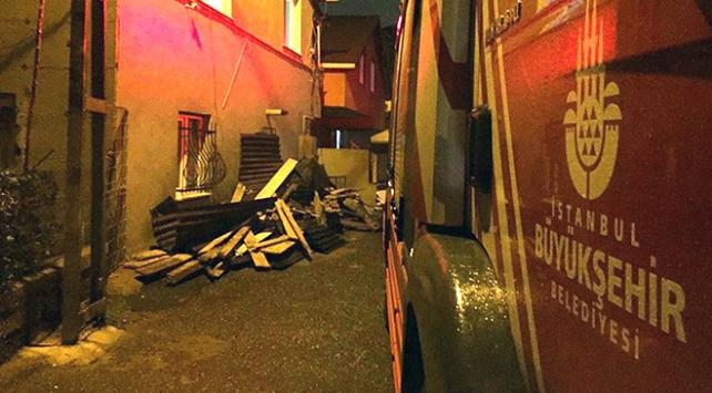 İstanbulda fırtına nedeniyle iki binanın çatısı uçtu