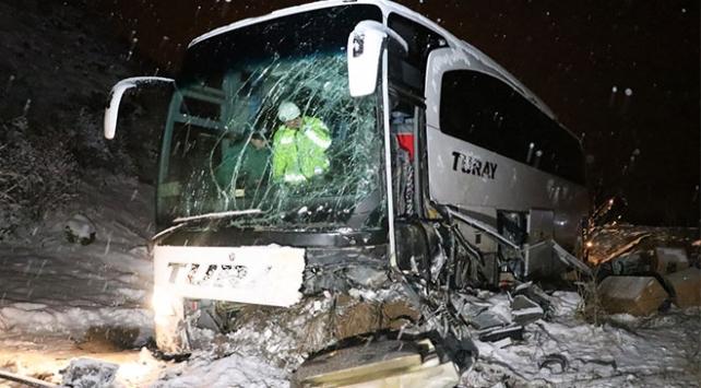 Erzincanda yolcu otobüsü iş makinesine çarptı: 17 yaralı