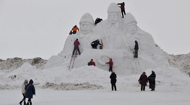 Sarıkamış şehitleri anısına yapılan kardan heykellere yoğun ilgi