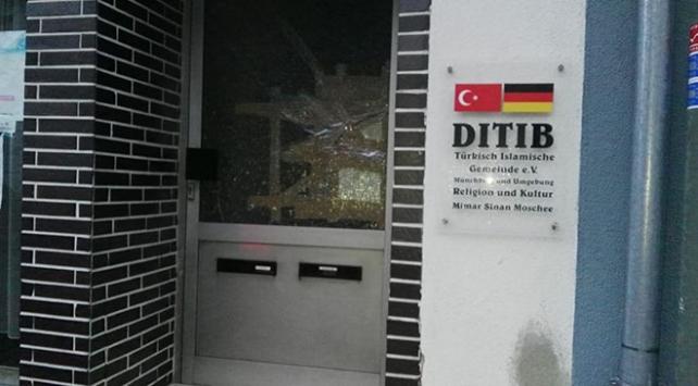 Almanyada saldırı düzenlenen caminin kapısı kırıldı