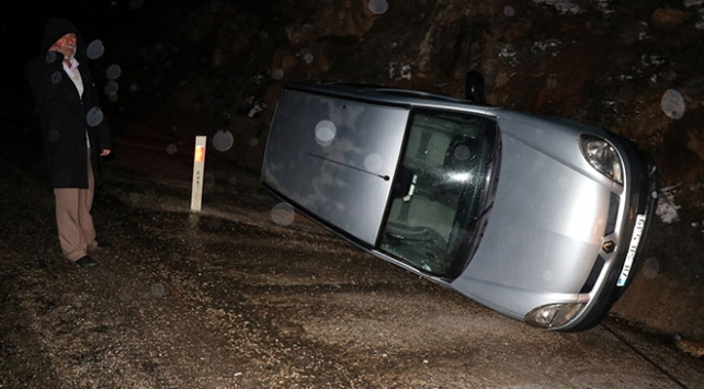 Karabükte hafif ticari araç şarampole devrildi: 2 yaralı
