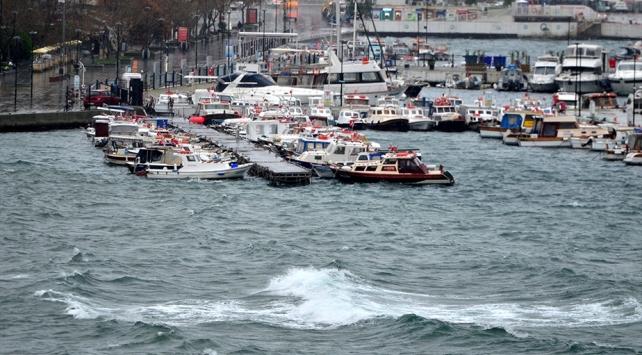 Çanakkalede fırtına deniz ulaşımını aksatıyor
